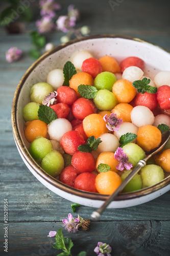 Salade d'été Melon, Pastèque, Cantaloup et Sirop de Violette.