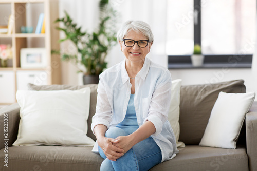 Photographie  vision, age and people concept - portrait of happy senior woman in glasses sitti