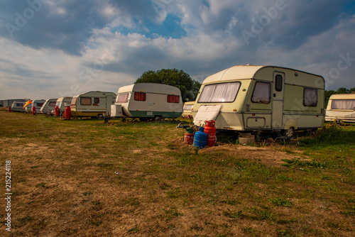 Photo Old rundown caravans in a sunny field