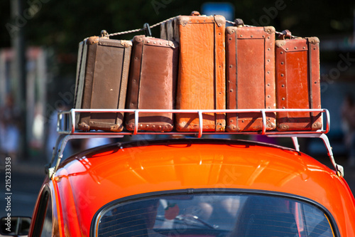Poster Vintage voitures suitcases with things on the roof of the car