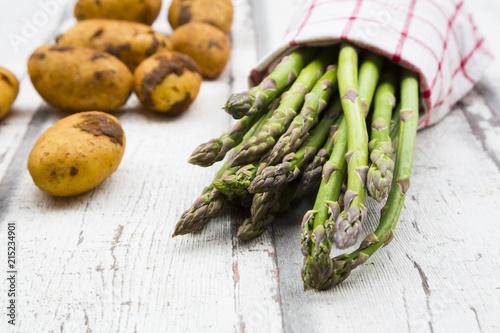 Foto op Plexiglas Stof Green asparagus and potatoes on white wood