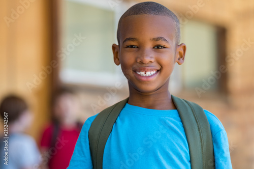 Photo  Smiling african school boy