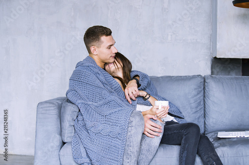 Fotografia  pretty woman and man hugging on the sofa in the room