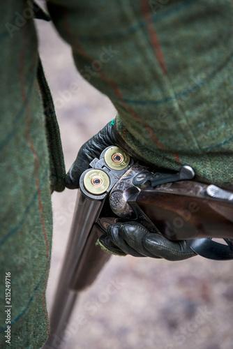 Tableau sur Toile Broken Gun In Leather Gloved Hand