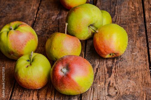 Fototapeta Äpfel auf Holztisch vintage