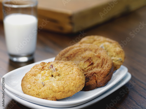 Tuinposter Koekjes Variety of Cookies on Plate with Glass of Milk