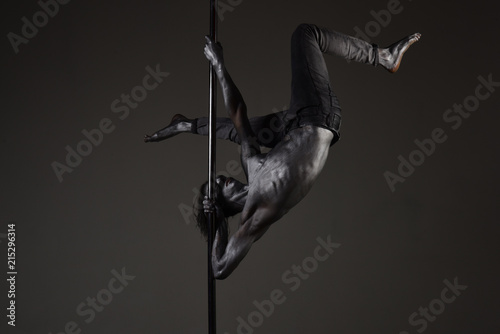Canvas Print Strong dancer on pole