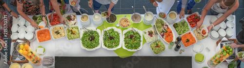 Vegetarisches Salat Buffet mit frischen Salaten und Gemüse für ein Catering mit Wallpaper Mural