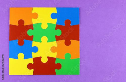 puzzle de colores montado en un fondo violeta Canvas Print