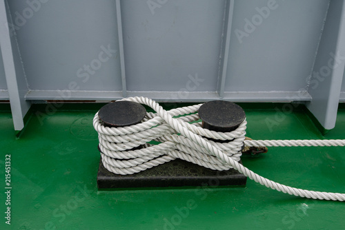 Fotografía  Mooring bollard with a fixed rope on the ship.