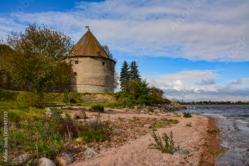 Foto  Preserved buildings of the ancient fortress on the island of Nut at the mouth of the Neva river