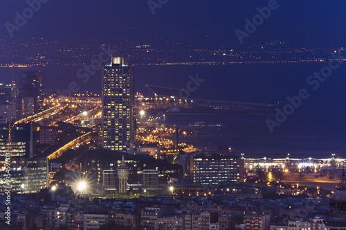 Photo Barcelona cityscape at night, marina port view