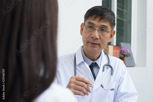 Fotografia  Doctor explaining to patient