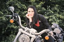 Donna Con Moto Americana