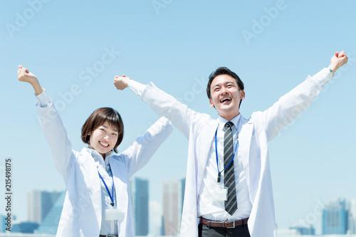Fotografie, Obraz  喜ぶ白衣の男性と女性