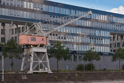 In de dag Poort Duisburg Innenhafen, alter Hafenkran vor modernem Bürogebäude