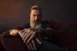 canvas print picture - Porträt eines attraktiven, bärtigen, modernen Geschäftsmannes, vor einem dunklen Hintergrund