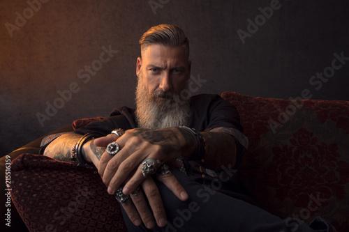 Porträt eines attraktiven, bärtigen, modernen Geschäftsmannes, vor einem dunklen Canvas Print