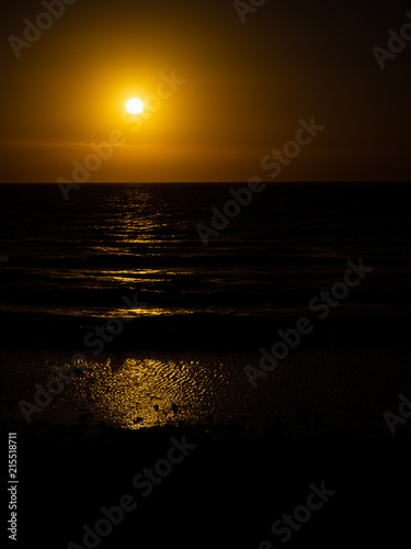 Spoed Foto op Canvas Zee zonsondergang A simple and basic sunset over the sea and waves