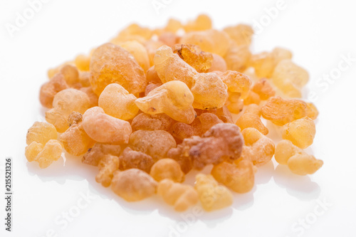 Photo fragrant frankincense on a white acrylic background