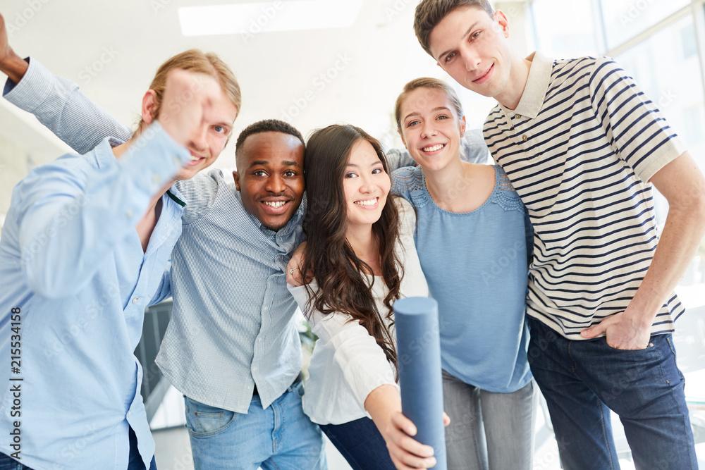Foto  Gruppe Studenten freut sich über Examen