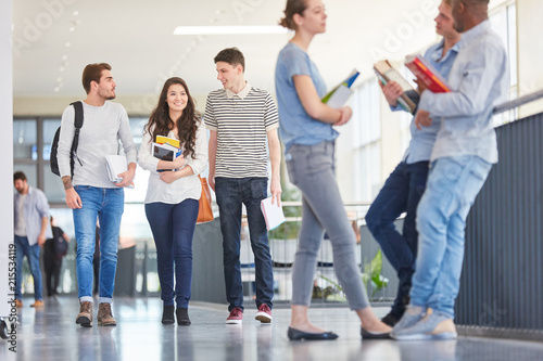 Studenten in der Universität in einer Pause Canvas Print