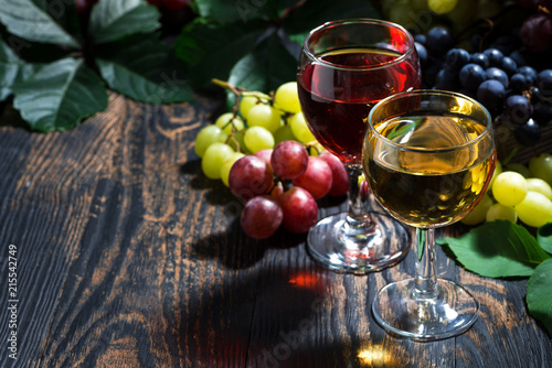 Photo  wine glasses on a dark wooden background