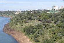 Rio Paraná Na Fronteira Entre Brasil E Paraguay, Entre Ciudad Del Este E Foz Do Iguaçu.