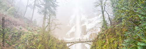 Küchenrückwand aus Glas mit Foto Wasserfalle Panorama icy Multnomah Falls in winter time. It is a waterfall on the Oregon side of the Columbia River Gorge, along the Historic Columbia River Highway. Natural and seasonal waterfall background