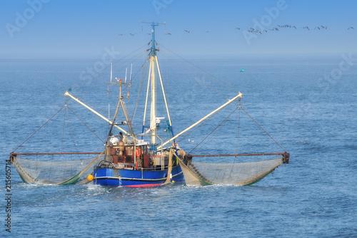 Foto op Plexiglas Noordzee Krabbenkutter auf der Nordsee beim Krabbenfang,Wattenmeer Nationalpark,Deutschland