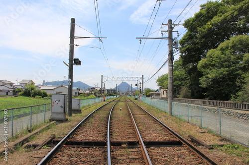 In de dag Spoorlijn 線路の先に綺麗な三角形の山が見える風景(香川県)