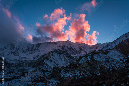Spoed Foto op Canvas Violet The pink cloud at a sunset time from Tilicho Base Camp (4,150m), Annapurna Circuit Trek, Nepal