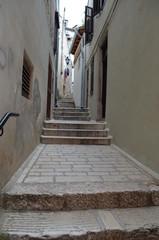 Wąziutka uliczka ze schodkami gdzieś w Chorwacji