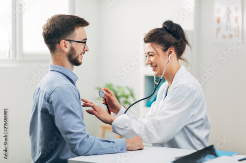Fotomural  Doctor Examining Patient in Office