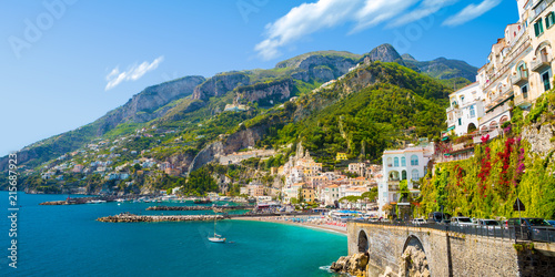 Photo Morning view of Amalfi cityscape on coast line of mediterranean sea, Italy