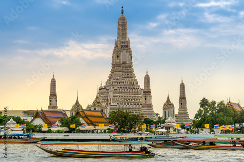 Photo  Longtail boats on the Chao Phraya River at the Temple of Dawn, Wat Arun, Bangkok