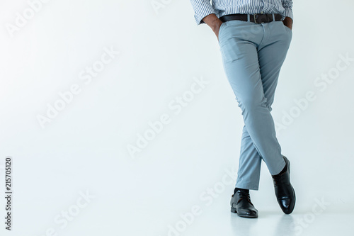 Photo Low angle of a businessman holding hands in pockets