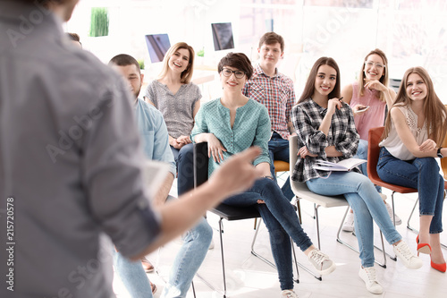 Fotomural Young people having business training in office