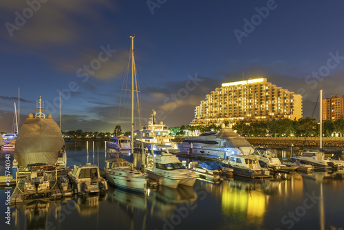 Photo  yacht and motor boat at harbor moored at jetty under sunset in Hong Kong