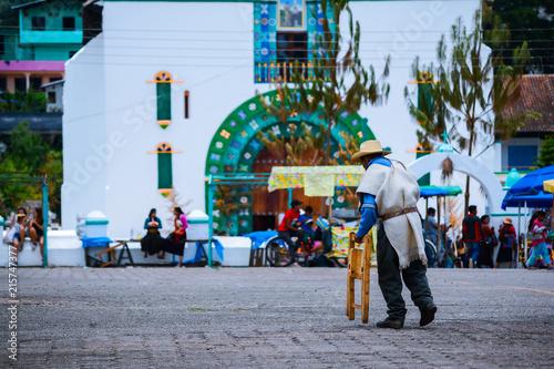 Photo Señor camina frente al templo principal  de San Juan Chamula Chiapas