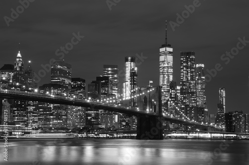 Foto op Plexiglas Verenigde Staten Brooklyn Bridge and Downtown Skyscrapers in New York, black and white