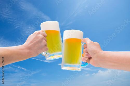 Staande foto Bier / Cider 青空のもと生ビールで乾杯