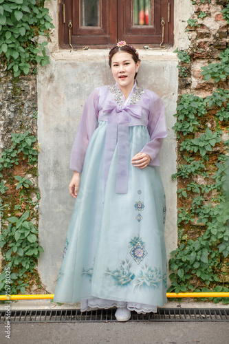 Photo  Woman wearing Hanbok, Korean traditional dress costume walk and travel in Seoul