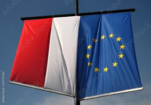 Fototapeta Flaga Polski i Unii Europejskiej wiszą obok siebie na maszcie obraz