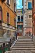 In den Gassen der wundervollen Altstadt von Venedig in Italien findet man alte historische Gebäude mit einzigartigem Flair