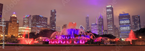 Photo Buckingham Fountain and the Chicago, Illinois skyline at night.