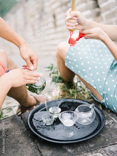 In de dag Oude gebouw Couple pouring tea on ceremony
