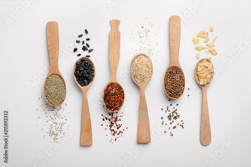 Photo sur Toile Herbe, epice Composition with different aromatic spices in wooden spoons on white background