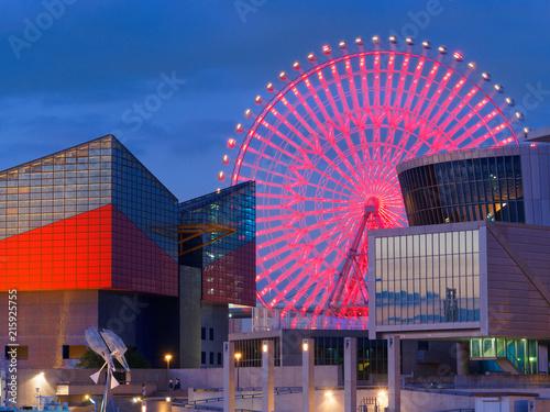 Fototapeta premium Wieczorny widok na port Kaiyukan w Osace i diabelski młyn Tempozan