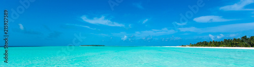 Montage in der Fensternische Strand tropical beach in Maldives with blue lagoon